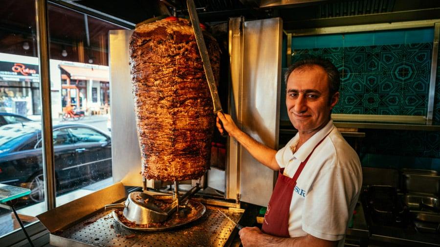 Có nhiều truyền thuyết xoay quanh nguồn gốc của loại bánh mì này, và nhiều cá nhân, nền văn hóa tranh chấp về việc nhận là nơi bắt đầu của Döner kebabs. Với người Thổ Nhĩ Kỳ, người ta tin rằng món bánh này thực sự được tạo ra lần đầu tiên ở Berlin, Đức vào năm 1972. Và người phát minh ra nó là một công nhân người Thổ Nhĩ Kỳ, Kadir Nurman. Ảnh: Berlin Experiences