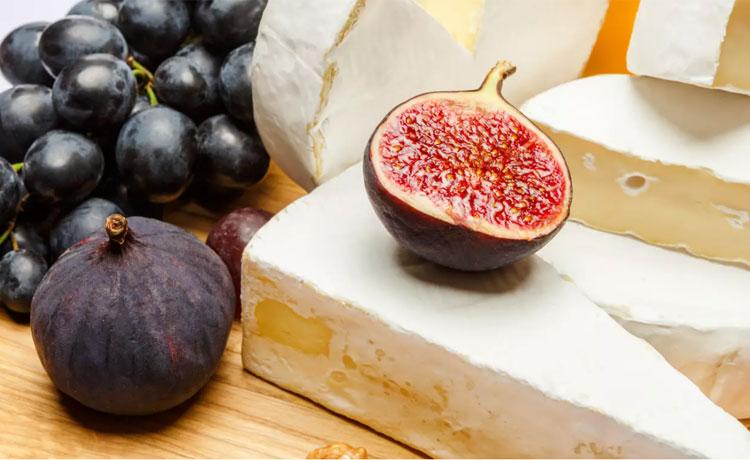 BrieĐây là một loại phô mai mềm làm từ sữa bò của miền đông nước Pháp. Nó có màu nhạt pha xám dưới lớp vỏ trắng mốc. Brie cho hương vị béo ngậy kèm mùi của tráo cây, mùi cỏ và thậm chí giống như mùi nấm. Một só người không thích mùi của món ăn này, nhưng với người khác, nó thật dễ chịu vì có vị bơ và thơm.Brie và thịt tạo nên một sự kết hợp tuyệt vời. Bạn cũng có thể phết chúng lên một lát bánh mình baguette trứ danh hay làm món phô mai nướng mật ong, táo.