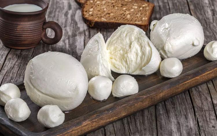 Có hàng trăm loại phô mai và nhiều sản phẩm trong số này chỉ được biết đến trong phạm vi quốc gia, khu vực nhưng cũng có loại nổi tiếng toàn cầu. Dưới đây là những loại phô mai phổ biến nhất hiện nay, dựa trên điều kiện chúng xuất hiện trong hầu hết công thức nấu ăn của mọi người trên thế giới. Mozzarella