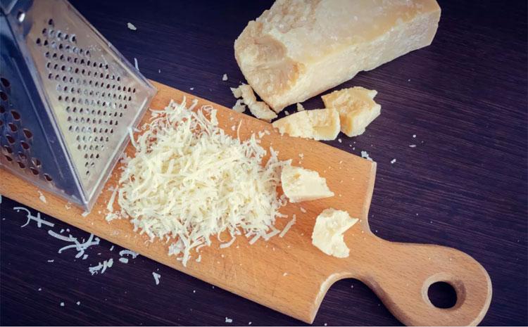 Parmesan (hay Parmigiano-Reggiano)Được coi là loại phô mai hàng đầu theo đánh giá của những người sành ăn. Đây là loại phô mai cứng, dạng hạt, có vị ngậy và đắng. Đó là lí do bạn chỉ nên cho một lượng nhỏ vào món ăn của mình.Parmesan chủ yếu được nghiền trên mì ống, được sử dụng trong súp và risottos. Nó cũng được ăn như một món ăn nhẹ hoặc trong nước sốt pho mát. Bạn có thể làm vỏ bánh với panko, trứng và parmesan để phủ gà trước khi chiên, rắc lên món thịt hầm hoặc salad, hoặc thêm vào bánh nướng xốp mặn. Xem thêm về văn bản nguồn nàyNhập văn bản nguồn để có thông tin dịch thuật bổ sungGửi phản hồiBảng điều khiển bên