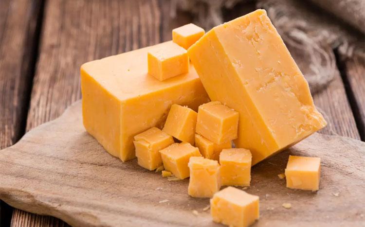 CheddarĐặc điểm của nó là tương đối cứng, vị có thể đắng nhưng đậm đà và béo ngậy, màu trắng ngà. Đây là loại phô mai rất nổi tiếng đến từ vùng Cheddar, hạt Somerset, Anh.