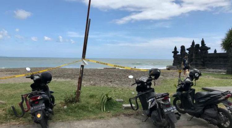 Chính quyền chăng dây để ngăn chặn mọi người đến bãi biển Echo như một biện pháp phòng ngừa dịch bệnh. Ảnh: Penny Watson/News