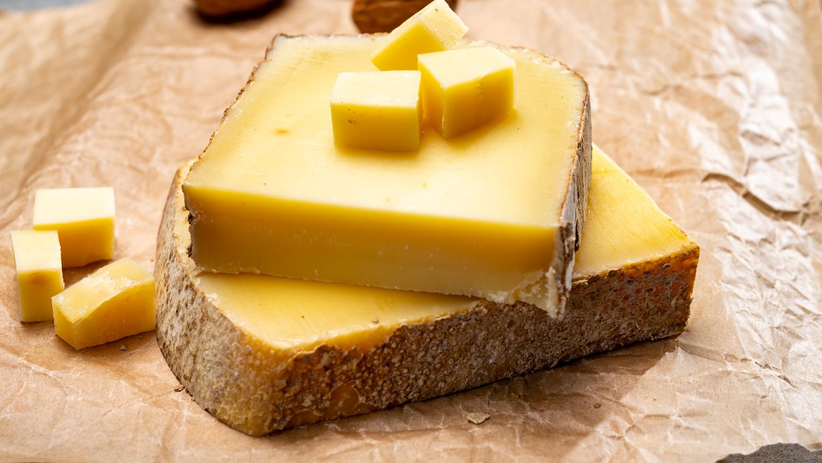 GruyèreĐây là một loại pho mát cứng, có màu vàng, vị ngọt nhưng hơi mặn, có hương vị thay đổi tùy theo độ tuổi. Phô mai Gruyère thường được biết đến là một trong những loại phô mai tốt nhất để làm bánh vì nó mang lại hương vị tuyệt vời khi nấu chảy. Bạn cũng có thể dùng để nấu nước sốt, ăn salad, mì ống và súp hành kiểu Pháp. Ảnh: Mashed