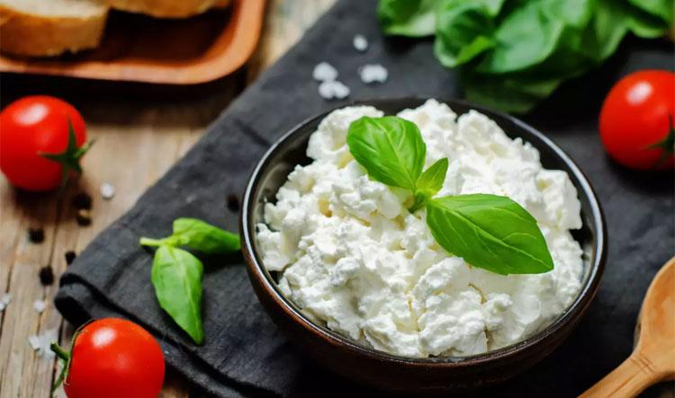 RicottaĐây là một loại phô mai váng sữa của Italy, làm từ sữa cười. Vì vậy, phô mai này mịn, có vị kem ngọt nhẹ, tươi mát và chứa ít chất béo. Vì vậy, nó là lựa chọn hàng đầu cho những người theo chế độ ăn kiêng. Ricotta là một loại phô mai whey của Ý được làm từ sữa cừu. Loại phô mai mịn này có vị kem ngọt nhẹ, tươi mát và kết cấu dày nên rất linh hoạt. Thêm vào đó, nó chứa ít chất béo nên nó trở thành một lựa chọn tốt cho hầu hết mọi chế độ ăn kiêng.  Nhờ hàm lượng muối thấp, Ricotta hoàn hảo cho cả món ngọt và món mặn. Nó thực sự hoàn hảo cho tất cả mọi thứ từ lasagna đến mì ống, từ bánh nướng đến bánh pho mát. Bạn có thể phết nó lên một lát bánh mì và phủ lên trên nó với rau, trứng tráng nắng hoặc trái cây, và bạn có thể dùng nó để làm nhiều món chấm.is an Italian whey cheese made from sheeps milk. This smooth cheese with a creamy mild sweet and fresh taste and a thick texture is very versatile. Plus, it's low in fat, which makes it a good choice for almost any diet.Thanks to its low salt content, Ricotta is perfect for both sweet and savory dishes. It's actually perfect for everything from lasagna to pasta, from pies to cheesecakes. You can spread it on a bread slice and top it with veggies, sunny side up eggs, or fruit, and you can use it to make lots of dips.
