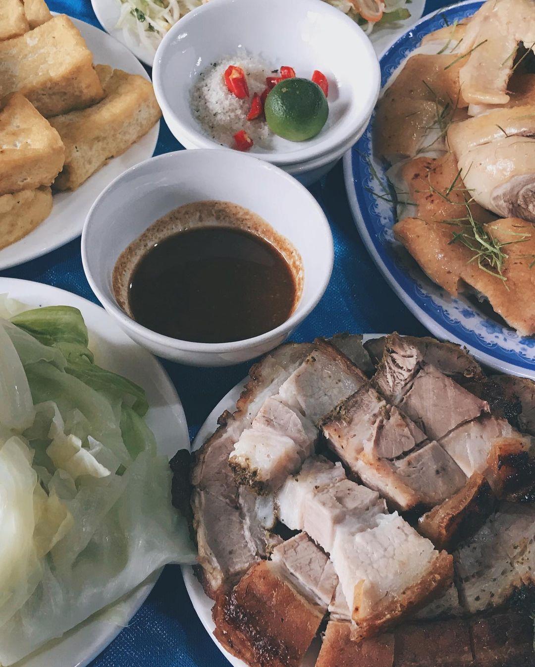 Thịt quay đòn xuất hiện trong mâm cơm truyền thống của người Đường Lâm nói riêng và người xứ Đoài nói chung, chấm cùng nước tương đặc sản. Ảnh: @mamiimam.t/Instagram
