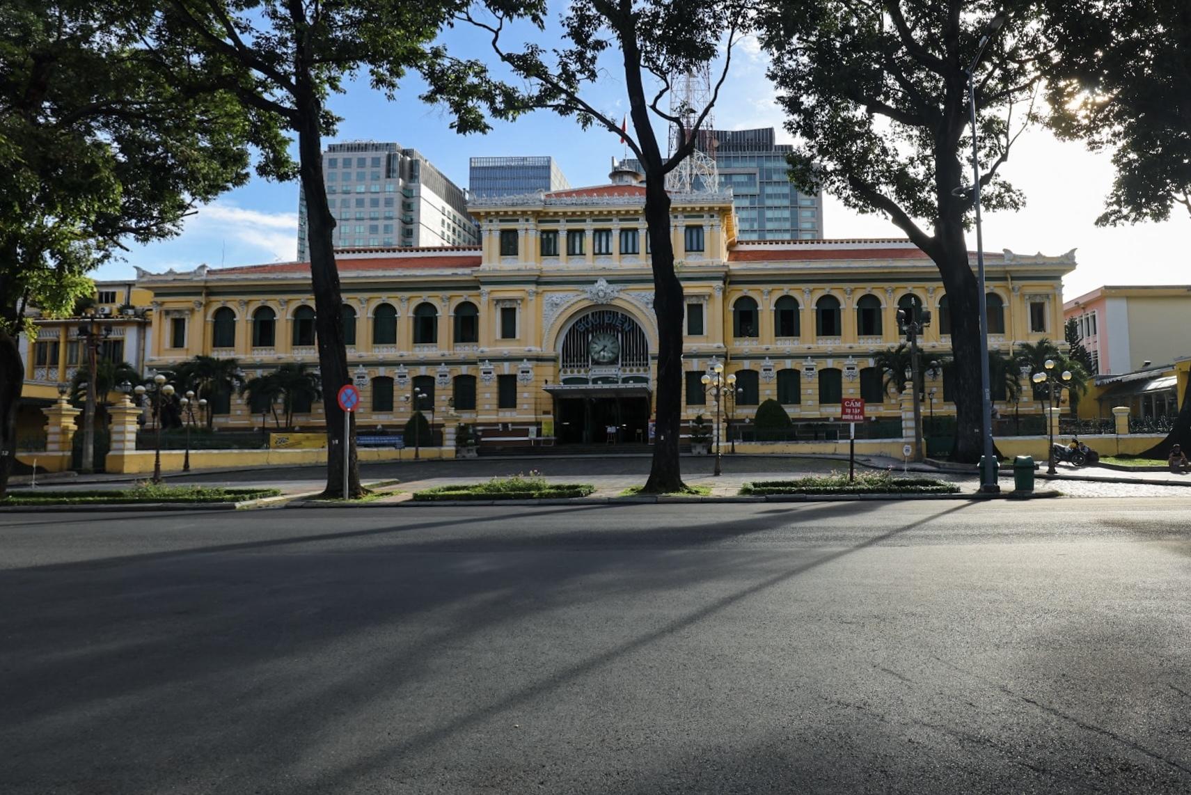 Phía trước bưu điện thành phố trong những ngày giãn cách. Ảnh: Ngô Trần Hải An.
