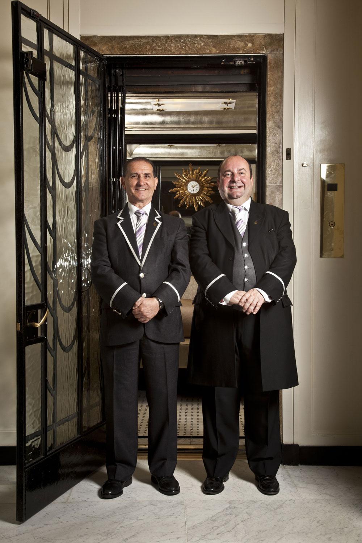 Thang máy cuối cùng có nhân viên điều hành ở London, Anh là tại khách sạn Claridge's. John Alves (trái) là người đảm nhiệm việc trông coi những thang máy chính, từ năm 2009. Ngoài ra, khách sạn có thang máy dùng riêng cho phụ nữ. Trong lịch sử, nơi này dành cho những du khách thuê phòng đi một mình, nhưng hiện nay quy tắc này không còn. Ảnh: Zpopk