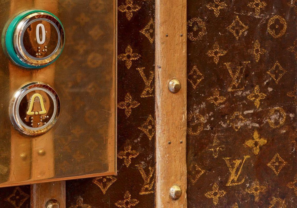 Các bức tường trong thang máy tại Le Dokhans ở Paris, Pháp được lót nguyên cây Louis Vuitton. Điều này khiến nó được mệnh danh là chiếc thang máy đẹp nhất thế giới. Ảnh: Le Dokhans