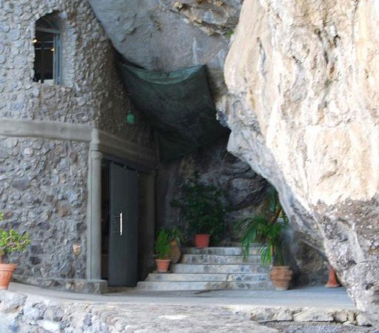 Khách sạn Il San Pietro di Positano nằm trên một vách đá cao, bên bờ biển Amalfi, Italy. Tại đây có một chiếc thang máy được làm xuyên qua các vách đá. Du khách có thể sử dụng nó bằng lối vào trên sân thượng, và dẫn bạn đến một hang động, cũng chính là lối vào câu lạc bộ bãi biển và nhà hàng của khách sạn. Ảnh: Trip Advisor