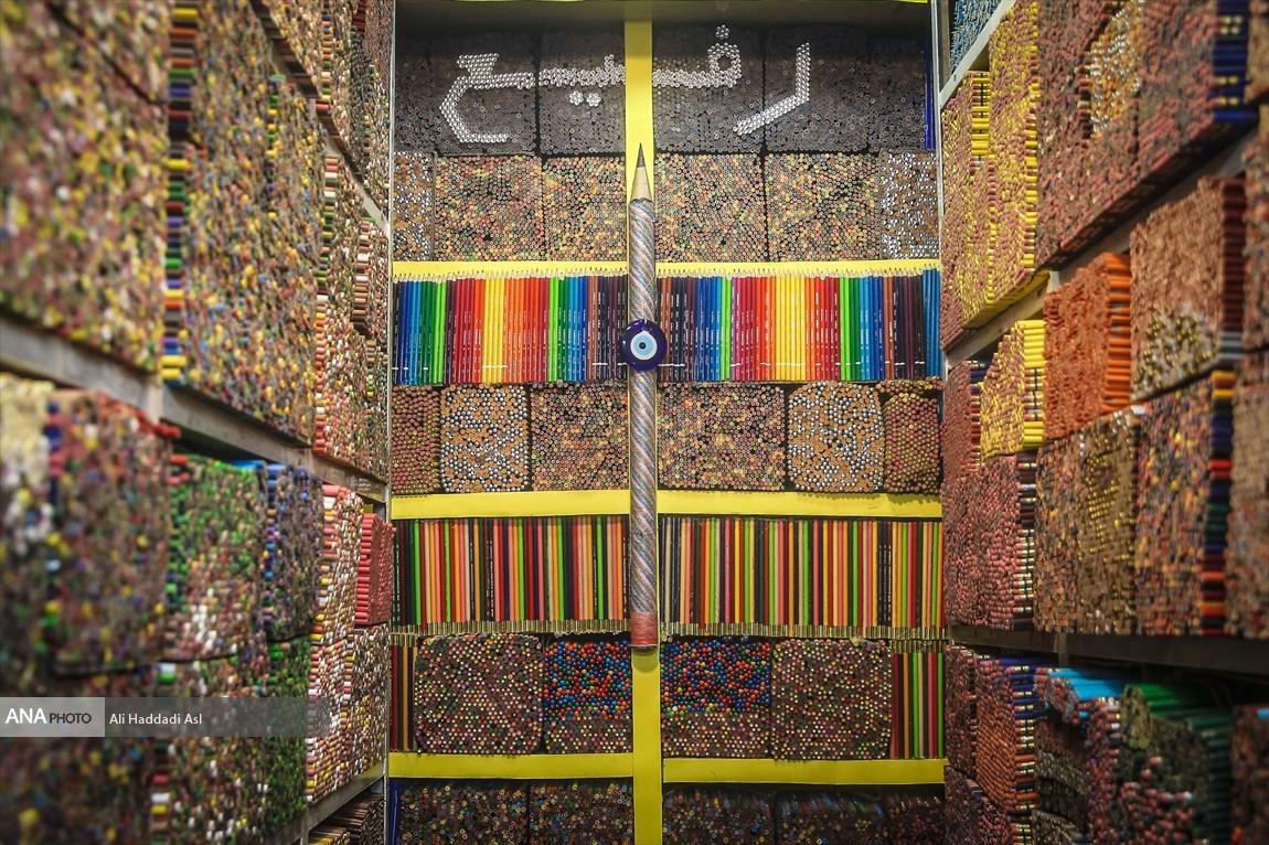 Số lượng bút chì màu khổng lồ, ken đặc trong cửa tiệm nhỏ của ông Rafi. Ảnh: Ali Haddadi Asl/Ana
