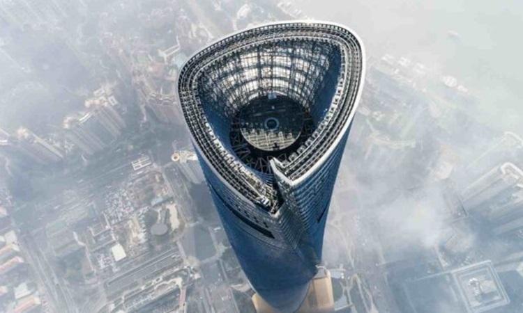Khách sạn sang trọng J Hotel cao nhất thế giới trên đỉnh tháp Thượng Hải cao 632m được mở cửa sau thời gian trì hoãn vì Covid-19 vào ngày 19/6. Thang máy đưa khách lên tòa nhà chọc trời hình xoắn ốc này có tốc độ 18 mét/giây, tương đương hơn 60km/h đến 165 phòng sang trọng. Đây cũng là một trong những thang máy trong khách sạn có vận tốc nhanh nhất thế giới. Ảnh: Season Chronicle.