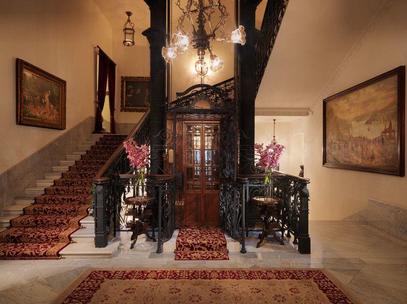 Nhiều chiếc thang máy nằm trong các khách sạn cao cấp trên thế giới đều có lịch sử nổi bật của riêng mình. Khách sạn Pera Palace ở Thổ Nhĩ Kỳ là nơi có thang máy đầu tiên tại Istanbul. Hiện nay, khách sạn vẫn hoạt động và thang máy ở đây từng chở một vị khách vô cùng nổi tiếng, nhà văn trinh thám Agatha Christie lên và xuống căn phòng bà từng thuê. Ảnh: Pinterest