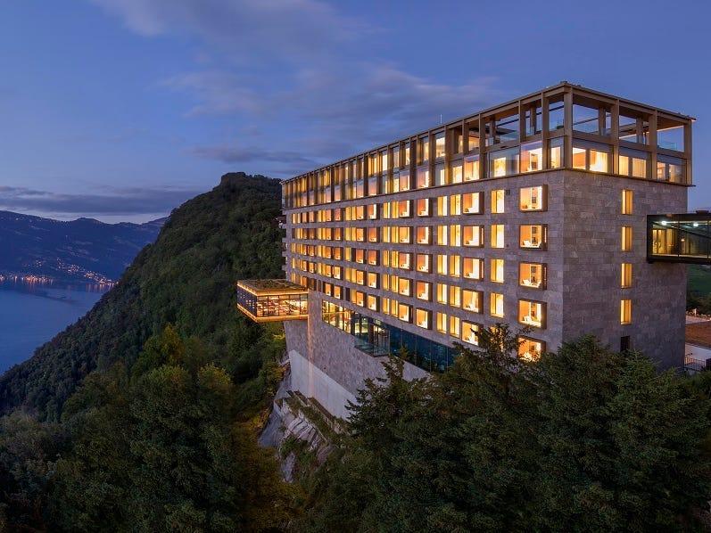 Khu nghỉ dưỡng bao gồm 4 khu khách sạn, 2 spa, 10 quán bar và nhà hàng. Khách sạn cao cấp và đắt nhất là Bürgenstock Resort & Alpine Spa, có tổng cộng 102 phòng thường và phòng suite. Ảnh: Bürgenstock Hotels AG