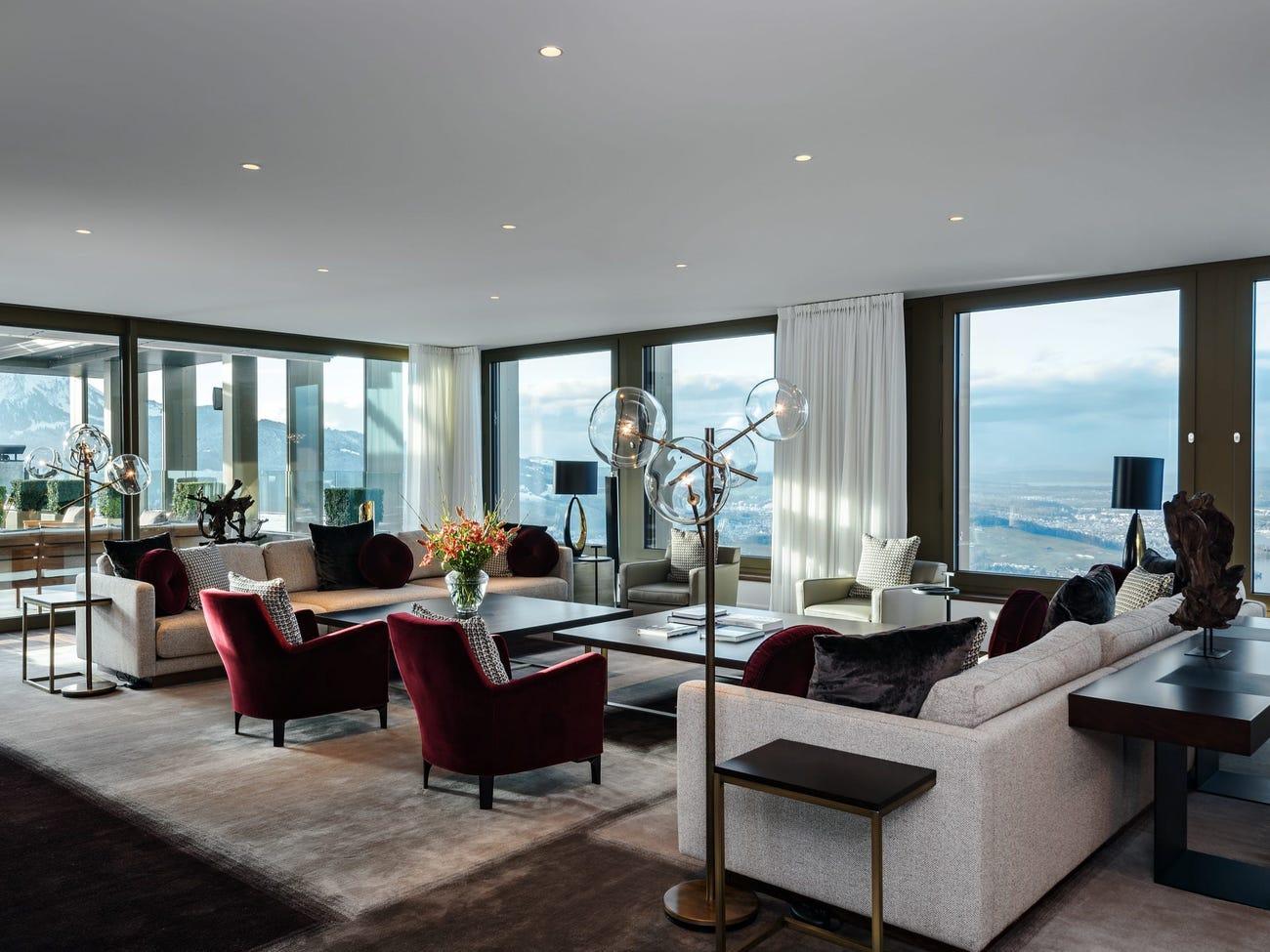 Mỗi phòng suite có khu vực sinh hoạt rộng rãi, tầm nhìn toàn cảnh ra hồ Lucerne và được trang bị một cây đàn piano lớn. Ảnh: Bürgenstock Hotels AG