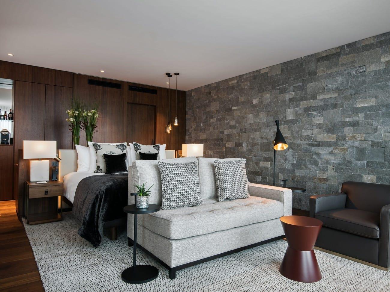 Gia đình Ambani đã thuê hai loại phòng, bao gồm suite tổng thống có giá từ 28.000 USD/đêm và suite hoàng gia có giá từ 46.000 USD/đêm, có nghĩa là gia đình này đã chi trả ít nhất 74.000 USD cho mỗi đêm nghỉ dưỡng tại resort cao cấp này. Suite tổng thống được thiết kế nhã nhặn, sang trọng, có bể sục, vòi sen, phòng xông hơi khô và phòng massage liền kề. Ảnh: Bürgenstock Hotels AG