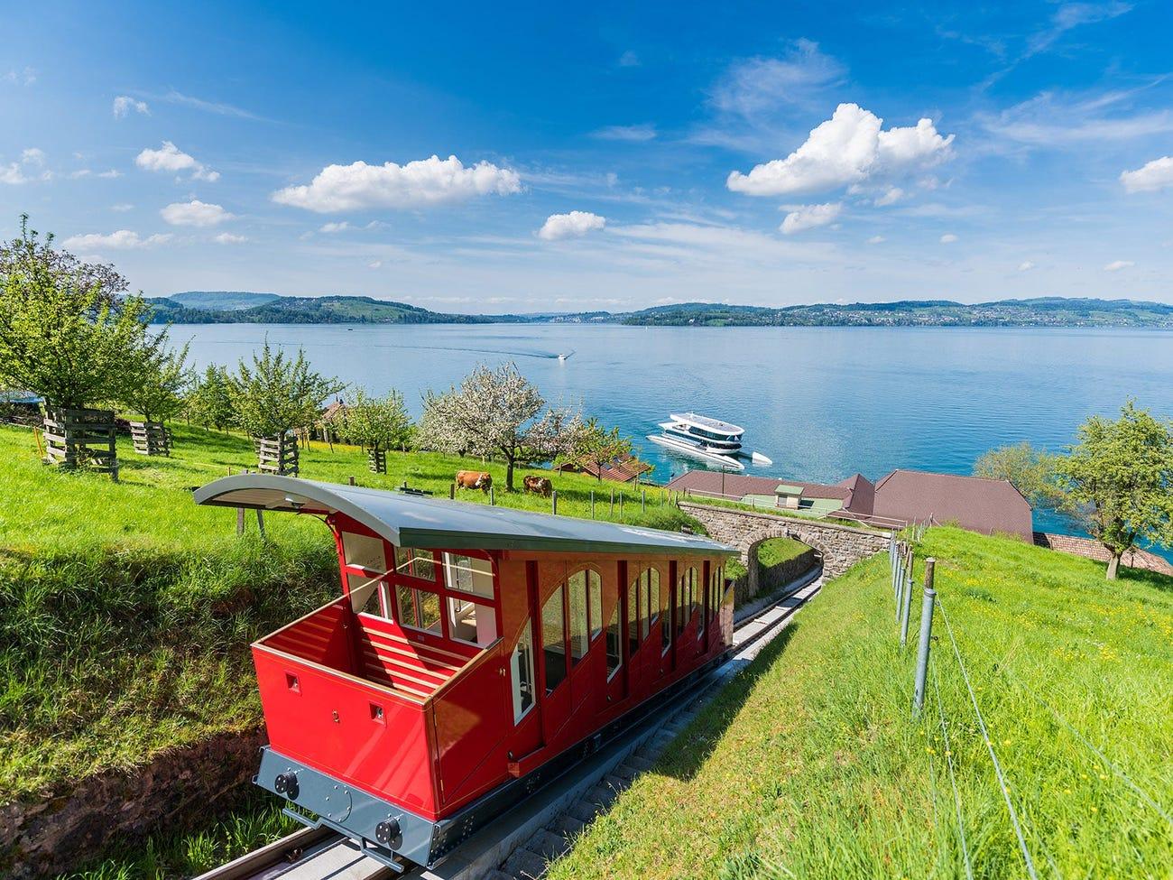 Du khách có thể đến resort bằng ôtô, trực thăng hoặc máy bay riêng. Sân bay Buochs chỉ cách resort 15 phút di chuyển. Để có trải nghiệm lãng mạn hơn, bạn có thể chọn du thuyền đưa đón qua hồ Lucerne, sau đó đi tàu hoả leo núi để đến khu nghỉ dưỡng. Ảnh: Bürgenstock Hotels AG