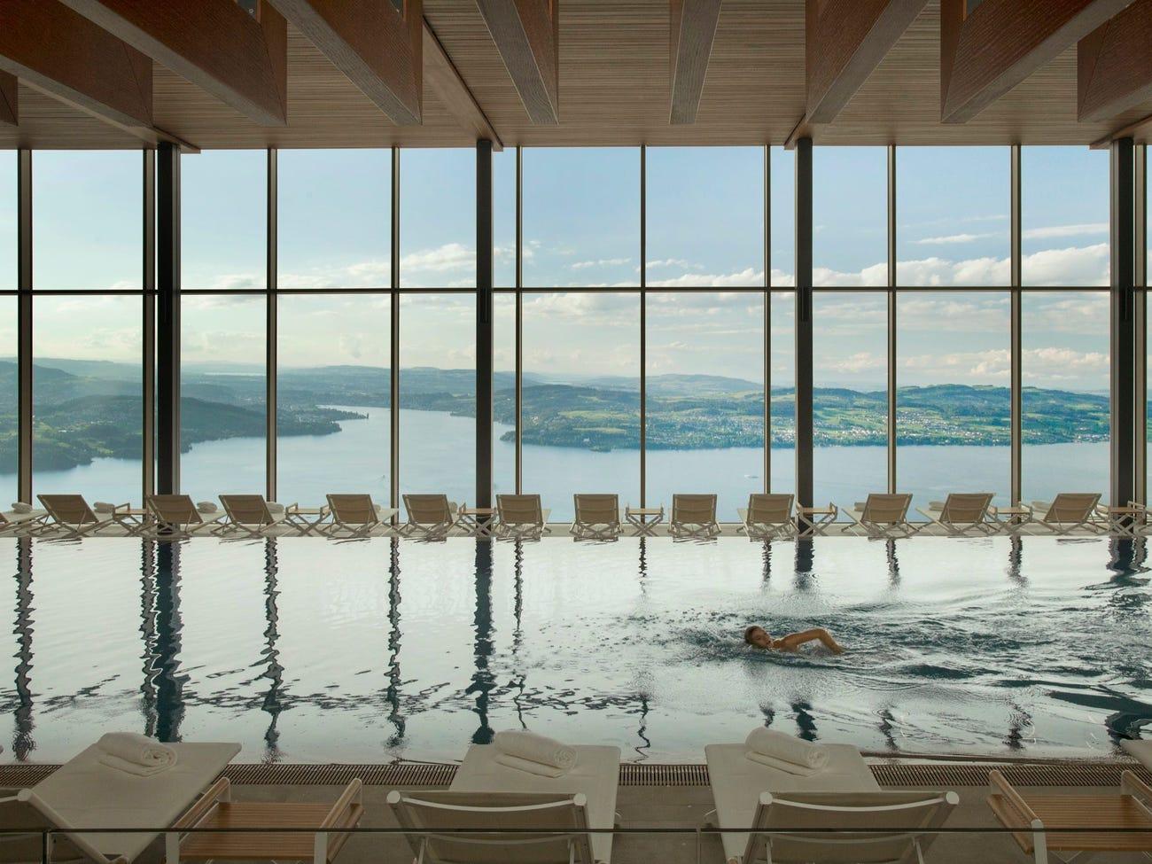 Khu spa trong resort rộng hơn 10.000 m2, bao gồm nhiều hồ bơi, phòng xông hơi ướt, khô và khu vực thư giãn. Hồ bơi trong nhà của resort được thiết kế khoáng đạt, nhìn ra toàn cảnh hồ Lucerne. Ngoài ra, resort còn có một bể bơi vô cực ngoài trời. Ảnh: Bürgenstock Hotels AG