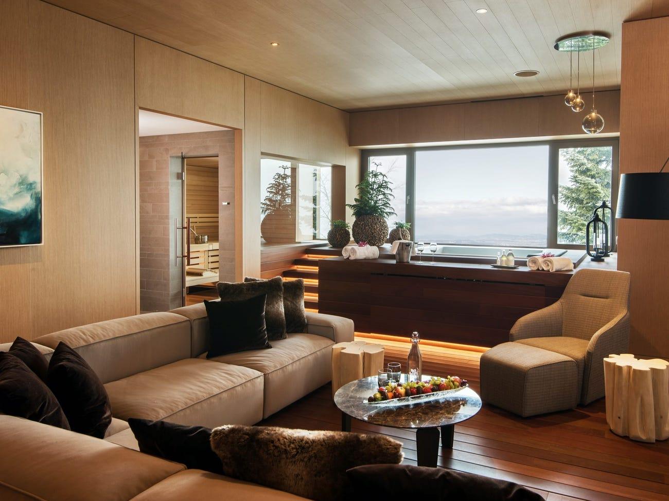 Spa có tổng cộng 13 phòng trị liệu nhìn ra hồ. Các liệu pháp massage bao gồm 90 phút đắp mặt với trứng cá muối trắng với giá 325 USD và 80 phút massage bằng đá với giá 348 USD. Ngoài ra resort còn cung cấp các phòng spa riêng tư. Trong mỗi phòng như vậy có bể sục đôi, phòng xông hơi khô kiểu Phần Lan, phòng xông hơi ướt, vòi sen và sảnh khách riêng. Một phòng spa riêng tư có giá 456-964 USD/giờ. Ảnh: Bürgenstock Hotels AG