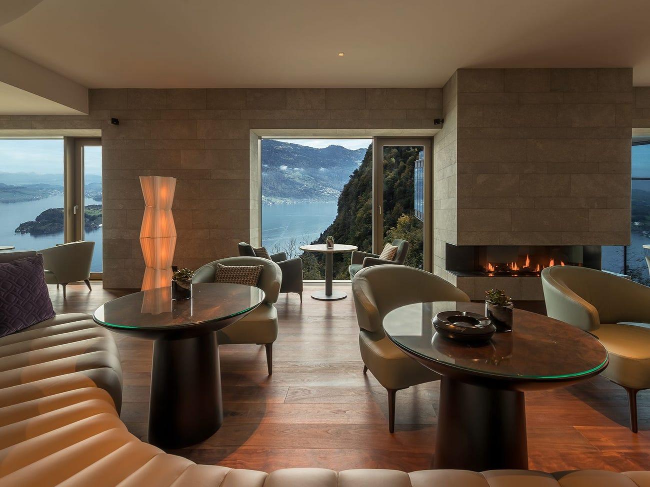 3 quán bar trong resort được thiết kế sang trọng và hiện đại. Một ly cocktail điển hình tại Lakeview Bar & Cigar Lounge có giá khoảng 26 USD, trong khi một điếu xì gà có giá 14-33 USD. Ảnh: Bürgenstock Hotels AG