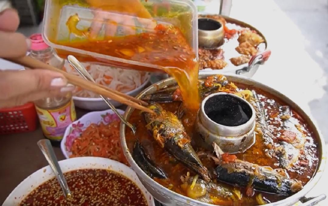 Bánh mì sốt cá nục cá nục tươi, làm sạch nấu với nước sốt cho rục xương để rưới lên bánh mì, cá phải suôn, tươi, mắt xanh, cá làm sạch rồi hầm với nước dừa, lót mía dưới đáy nồi