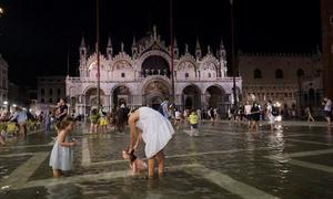 Du khách lội nước giữa Venice