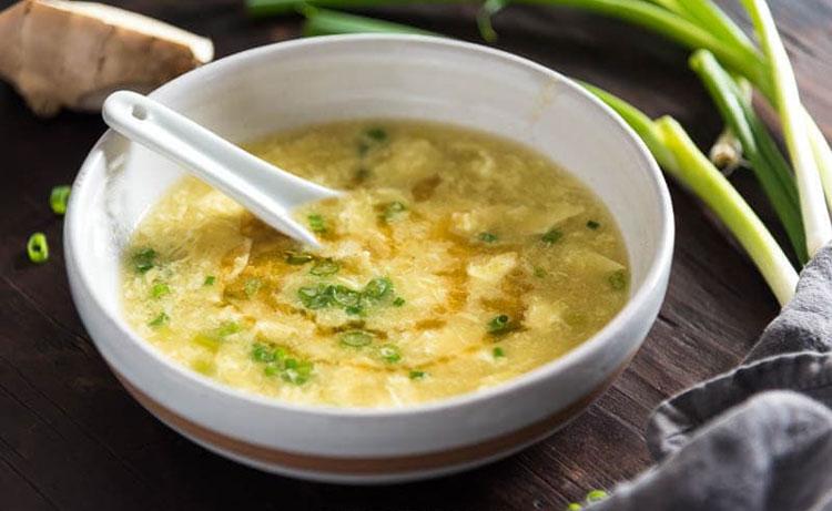 CNN đã liệt kê gần 50 món ăn làm từ trứng trong bảng xếp hạng những món trứng ngon nhất thế giới. Trong đó, có hơn 10 món trứng là ẩm thực đến từ châu Á.Món Á đầu tiên được CNN nhắc đến là Canh trứng, Trung Quốc. Món ăn này gồm nước luộc gà, nấu chín cùng trứng gà được đánh nhỏ, tạo thành những sợi trứng trong bát canh. Theo blogger ẩm thực người New York Maggie Zhu (gốc  Trung Quốc), món ăn này ngon hơn khi gần nấu chín, bạn cho thêm hành lá, ít gừng hoặc dầu mè, để tăng thêm mùi thơm. Ảnh: Omnivores cookbook