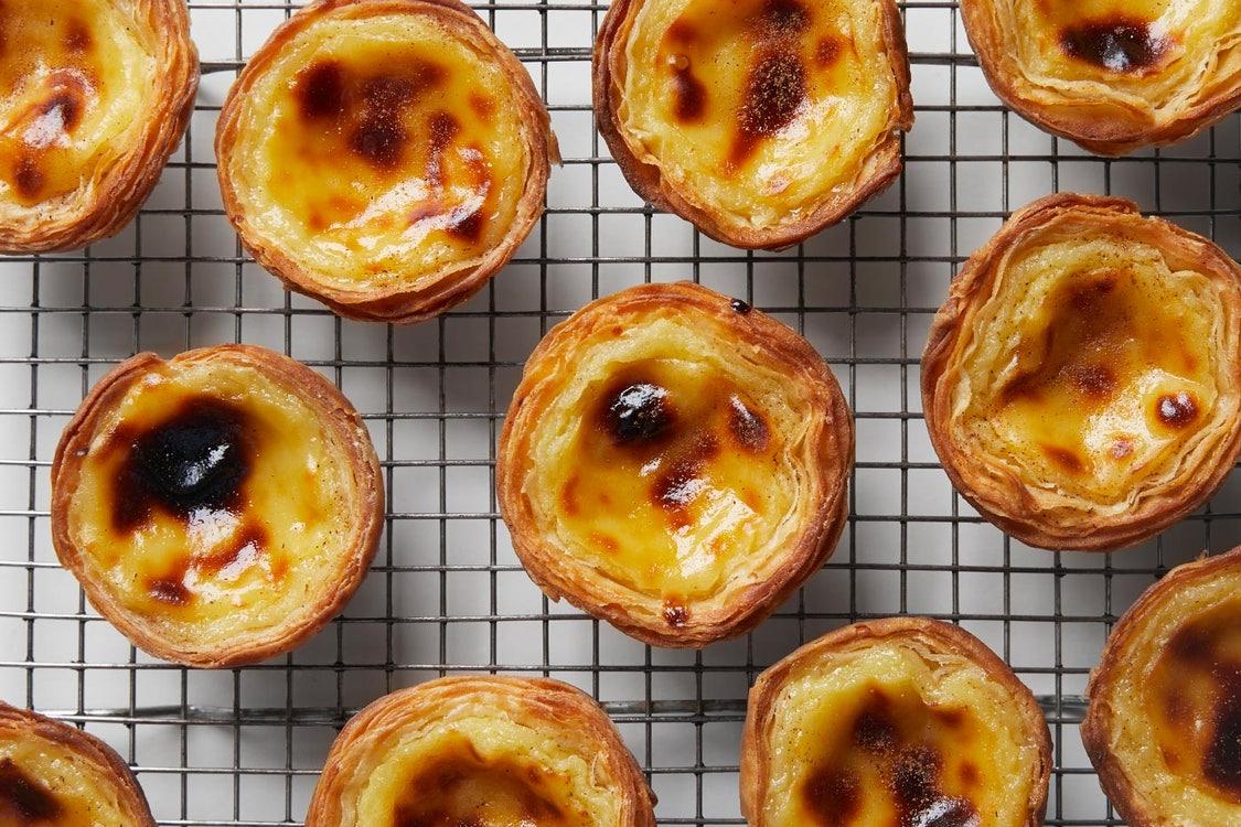 Bánh trứng tart là một món ăn rất nổi tiếng tại Hong Kong và Macao được ăn ở Anh thời trung cổ và bởi các nhà sư thế kỷ 13 ở Bồ Đào Nha. Nhưng phiên bản mà chúng ta biết từ Hồng Kông ngày nay được cho là có nguồn gốc từ Quảng Châu vào những năm 1920, khi các đầu bếp của cửa hàng bách hóa tạo ra một món ăn mới để thu hút khách hàng.  Sự kết hợp giữa bánh phồng xốp và nhân trứng gà vàng, mịn đã xuất hiện trong các nhà hàng trà ở Hồng Kông vào những năm 1940 và vẫn là một món ăn nhẹ tráng miệng phổ biến cho đến ngày nay. Như nhà văn Anna Ling Kaye kể lại trong All About Eggs, có một phiên bản từ Ma Cao có vị caramel và vị khói ngọt hơn phiên bản Quảng Đông - một chiếc bánh trứng có nguồn gốc từ người Bồ Đào Nha được hoàn thiện bởi một dược sĩ người Anh và người Trung Quốc của anh ta. vợ.