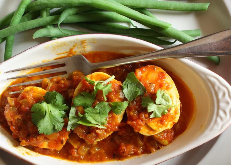 Cà ri trứng, Ấn Độ Guống mọi món cà ri khác, mỗi công thức nấu cà ri của từng vùng hay nhà hàng ở Ấn Độ đều có một số điều chỉnh hoặc thêm vào các thành phần bí mật, để tạo ra sự khác biệt. Trong   Trong All About Eggs, Padma Lakshmi nhớ lại công thức mà mẹ cô đã làm khi còn ít món khác.  Dù bạn đang nấu hay thưởng thức món cà ri trứng nào đi chăng nữa, thì chắc chắn rằng món trứng luộc sẽ được kết hợp với ít nhất một số nguyên liệu sau: hành, tỏi, cà chua, lá cà ri, gừng, thìa là, bạch đậu khấu, ớt chuông, garam masala, tiêu đen và ngò để trang trí. Nói cách khác: thiên đường trên một cái đĩa.
