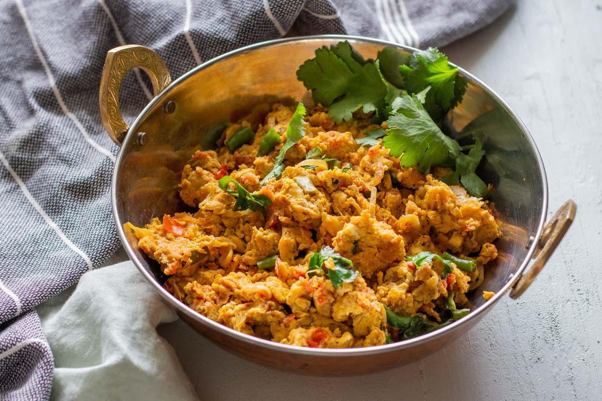 Khagina là món trứng bác cay nổi tiếng ở các nước Nam Á, như Pakistan, Afghanista, gồm trứng xào cùng bơ, hành tây, cà chua, ớt xanh và rau mùi... Tại Ấn Độ, món ăn này cũng xuất hiện với nhiều phiên bản khác nhau, thường được người dân dùng trong bữa sáng, ăn kèm bánh roti paratha (một loại bánh bột mì rán). Ảnh: Mirchitales