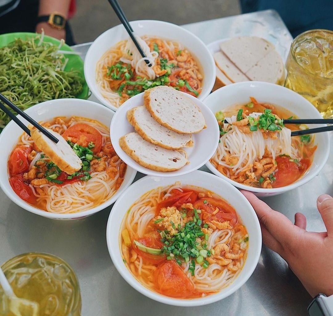 Bún riêu tôm khô tóp mỡ có thành phần chính là tôm khô, cà chua, tóp mỡ. Thoạt nghe nguyên liệu rất đơn giản nhưng với công thức gia truyền hơn 50 năm, món bún mang đặc trưng riêng và được nhiều người Sài Gòn yêu thích