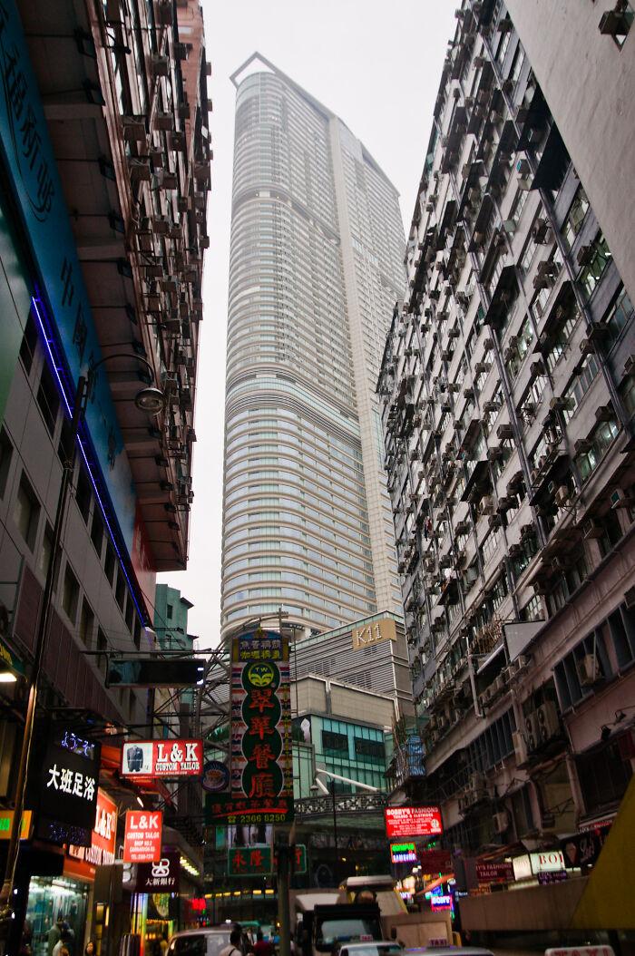 Đặc khu Hong Kong: Đó là những người sẽ chụp ảnh tự sướng trong các nhà hàng xập xệ, đông đúc, những con hẻm chật chội hay chụp những món ăn đơn giản mà chúng tôi ăn hàng ngày. Họ sẽ luôn bất ngờ vì khả năng nói tiếng Anh của chúng tôi. Đừng quên rằng Hong Kong là thành phố song ngữ, chúng tôi từng là thuộc địa của Anh nên việc một thành phố ở châu Á nhưng nói tiếng Anh tốt là điều bình thường. Và hơn hết, họ là những người mua sắm rất nhiều trong các trung tâm thương mại. Đó sẽ là những người vào một cửa hàng bán đồ hiệu nào đó, và lúc sau đi ra với khoảng 15 chiếc túi đựng đồ trên tay. Ảnh: Flickr