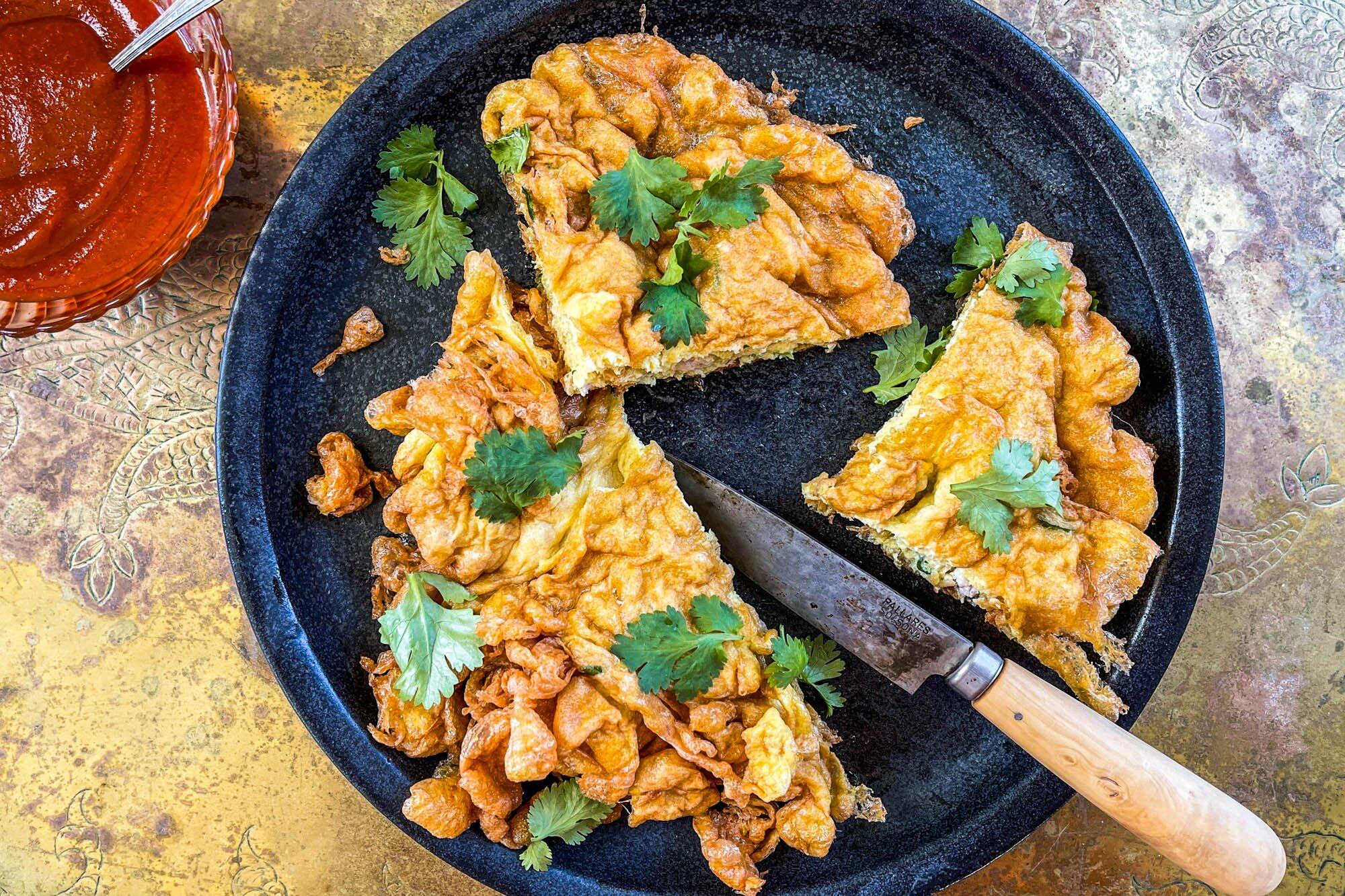 Kai jeow moo sab là món trứng chiên giòn kiểu Thái, nhân thịt heo hoặc gà. Đây là một món ăn đường phố quen thuộc của xứ sở chùa vàng. Ảnh: Pinterest
