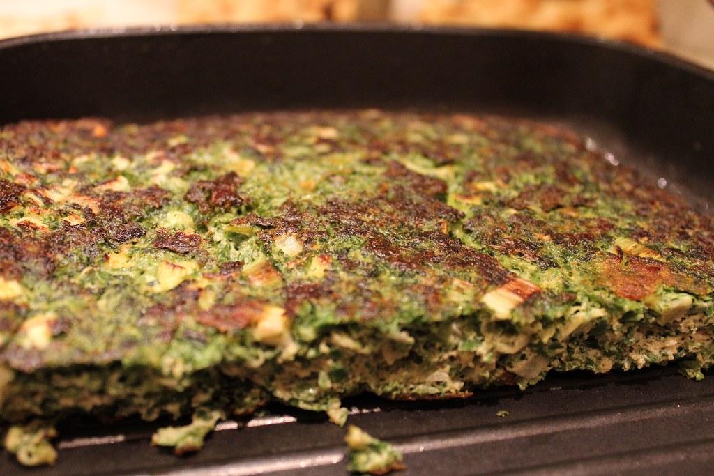 Kuku là một món ăn làm từ trứng đánh bông, kết hợp với các nguyên liệu khác nhau và thường là đồ chay của Iran. Người ta thường dùng cà tím, hành tây, tỏi, nghệ tây để làm nhân cho món ăn này. Ảnh: Flickr