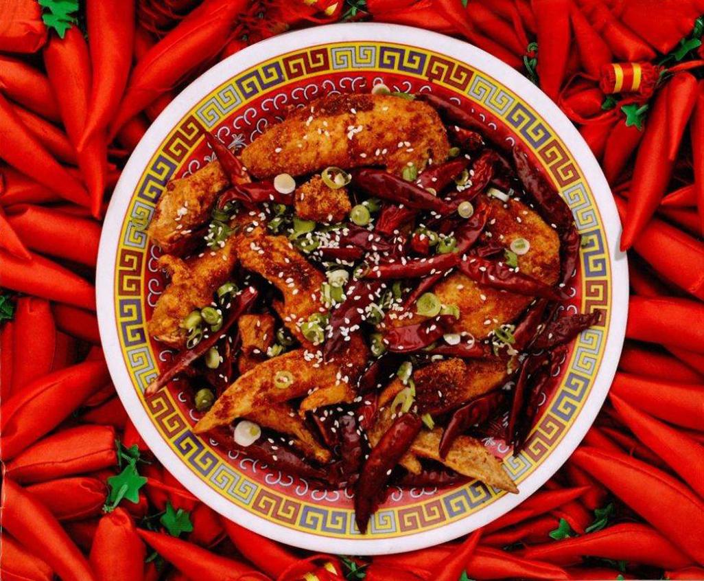 Gà rán Trùng Khánh hay gà rán Tứ Xuyên là một đặc sản của Trung Quốc. Món ăn này được ướp với nước tương, rượu gạo và lòng trắng trứng. Các miếng gà được tẩm bột ngô thay vì bột mì để phần da giòn hơn. Điểm đặc trưng của các loại đồ ăn đến từ vùng Tứ Xuyên, không loại trừ món gà này là vị cay toả ra trong nước sốt làm từ tỏi ớt, nước tương, giấm đen, hạt tiêu Tứ Xuyên và ớt xay, được xào với gà đã chiên xong. Ảnh: Facebook Amabel Evered
