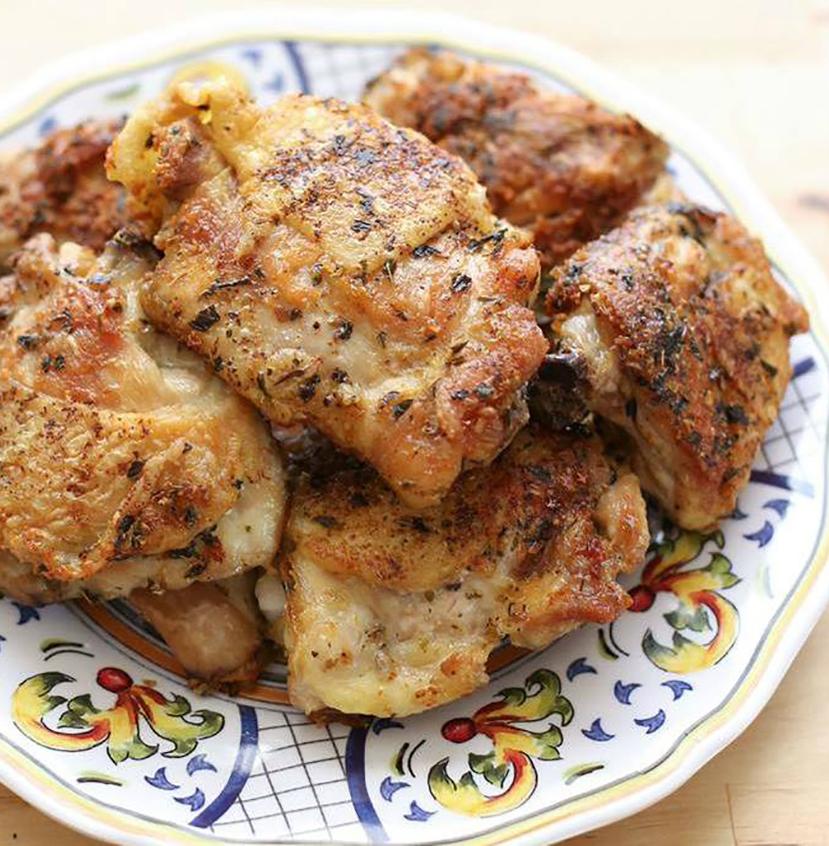 Gà rán pollo frito kiểu Italy được chế biến gần giống với gà rán kiểu Mỹ gồm lăn thịt với bột mì, nhúng qua trứng và chiên trong dầu nóng. Tuy nhiên, điều làm nên hương vị đặc trưng cho món ăn là các loại thảo mộc và gia vị địa phương như hương thảo, tỏi, chanh. Người Italy ăn gà rán kèm với khoai tây nướng. Ảnh: Facebook The Slow Roasted Italian