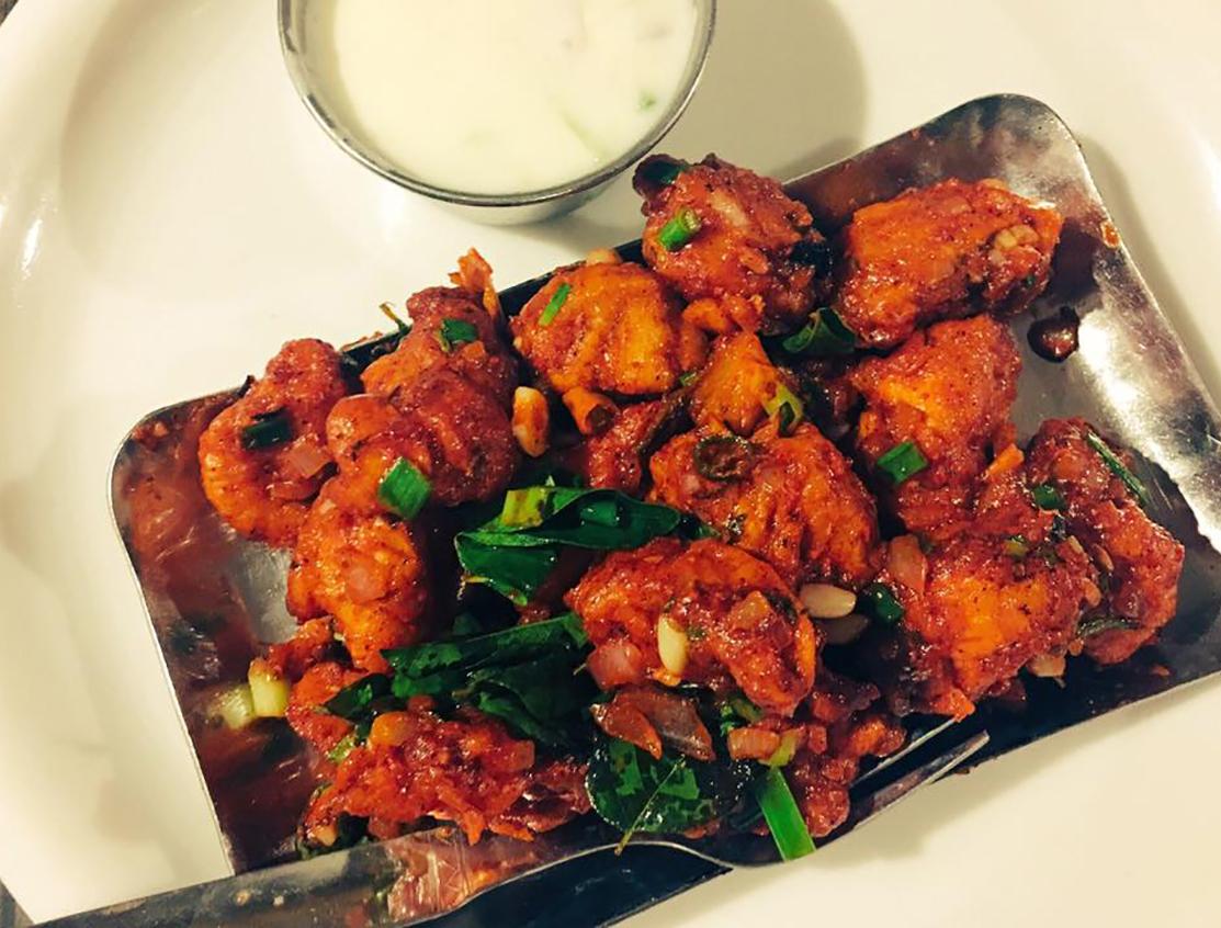 Gà rán 65 có tên gọi xuất phát từ nhà hàng Buhari Hotel ở Chennai, Ấn Độ vào năm 1965. Miếng gà được ướp với bột ớt đỏ, rau mùi, tỏi, gừng và tiêu đen trước khi cho vào nồi chiên. Để hoàn thành món ăn, các miếng gà rán được áp chảo cùng sữa chua cay và nước sốt lá cà ri. Đây là một trong những món ăn nhanh phổ biến ở miền nam Ấn Độ, phù hợp thưởng thức cùng một ly bia lạnh. Ảnh: Facebook Reshma Seetharam