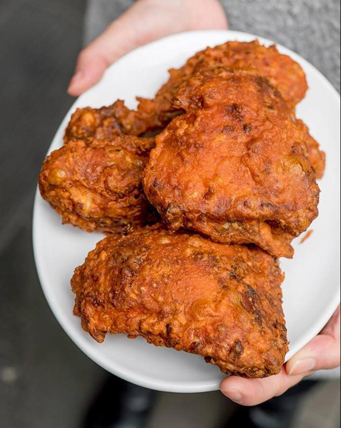 Ayam goreng là tên gọi gà rán ở Indonesia và Malaysia. Không giống với gà rán kiểu Mỹ, món gà này không tẩm bột mì mà thay bằng nhiều hỗn hợp gia vị khác. Tại mỗi vùng sẽ có cách tẩm gia vị khác nhau, song thường bao gồm muối, tỏi, nghệ, hẹ tây, nước me và sả. Gà sau đó được chiên trong dầu dừa. Theo Nosh On It, món ăn này rất phổ biến tại đảo Bali. Mỗi gia đình tại đảo có công thức rán gà của riêng mình dựa trên các loại gia vị có sẵn tại đia phương. Ảnh: Facebook Mamak Haymarket