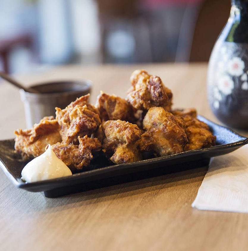 Karaage là gà rán kiểu Nhật Bản. Đây là món ăn quen thuộc ở xứ sở mặt trời mọc và độ phổ biến của nó tại đây được ví như bánh pizza tại Mỹ. Món gà dễ nấu, dễ ăn, được làm nhiều ở nhà và cả ngoài hàng. Trước khi đem đi chiên giòn, karaage được ướp trong hỗn hợp nước tương, rượu sake, tỏi và gừng. Món gà có thể ăn ngon cả lúc nóng và nguội, được vắt ít chanh trước khi cho vào miệng. Karaage thường được thưởng thức kèm rượu sake hoặc bia lạnh. Ảnh: Facebook Ramen Samurai