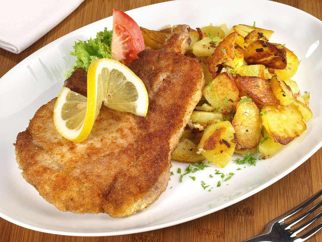 Gà rán Snitchzel là món ăn quen thuộc tại Áo và Đức, song có nhiều biến tấu và được thưởng thức tại khắp châu Âu, Nam Mỹ và Trung Đông. Bột mì, trứng đánh mịn và vụn bánh mì cùng nhau tạo nên một lớp vỏ ngoài rất giòn sau khi chiên gà. Snitchzel thường được ăn kèm với khoai tây chiên và salad. Ảnh: Facebook I Love German Food