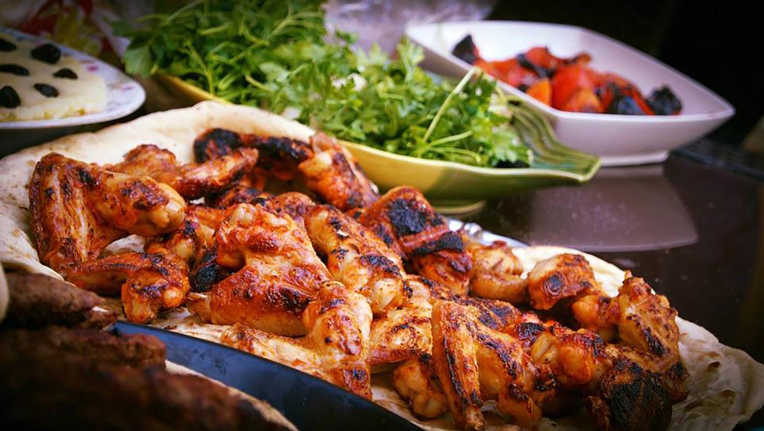 Frango à passarinho là đặc sản gà rán tại Brazil. Những cánh gà được uớp trong nước cốt chanh tạo hương vị nhiệt đới đặc trưng và tẩm cùng cả bột mì và bột ngô. Sau khi rán xong, miếng gà được quét dầu ô liu, phủ thêm tỏi nướng và mùi tây. Ảnh: Facebook Nonno Paola Pizza & Pasta
