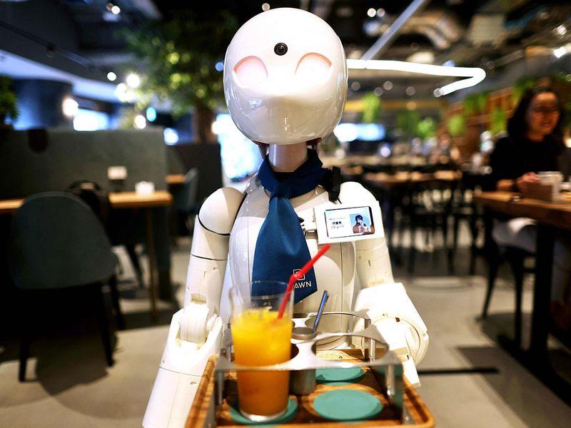 Ngoài Imai, có cả những nhân viên bị bệnh xơ cứng teo cơ một bên, họ chỉ có thể sử dụng chuyển động mắt trên bảng điện tử đặc biệt để gửi tín hiệu cho robot. Dự án là sản phẩm trí tuệ của Kentaro Yoshifuji, một doanh nhân, đồng sáng lập công ty Ory Laboratory sản xuất ra các robot này.