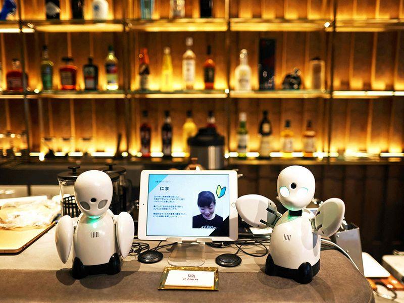 Những robot nhỏ này có tên OriHime. Quán mở tại quận trung tâm Nihonbashi vào tháng 6 và nhận nhân viên từ khắp nước Nhật thậm chí ở nước ngoài, và người làm tại điểm. Quán có thể đã mở từ năm ngoái nhằm trùng thời điểm Paralympics diễn ra, tuy nhiên do dịch bệnh ảnh hưởng mà nơi này mới mở vào ngày 17/8.
