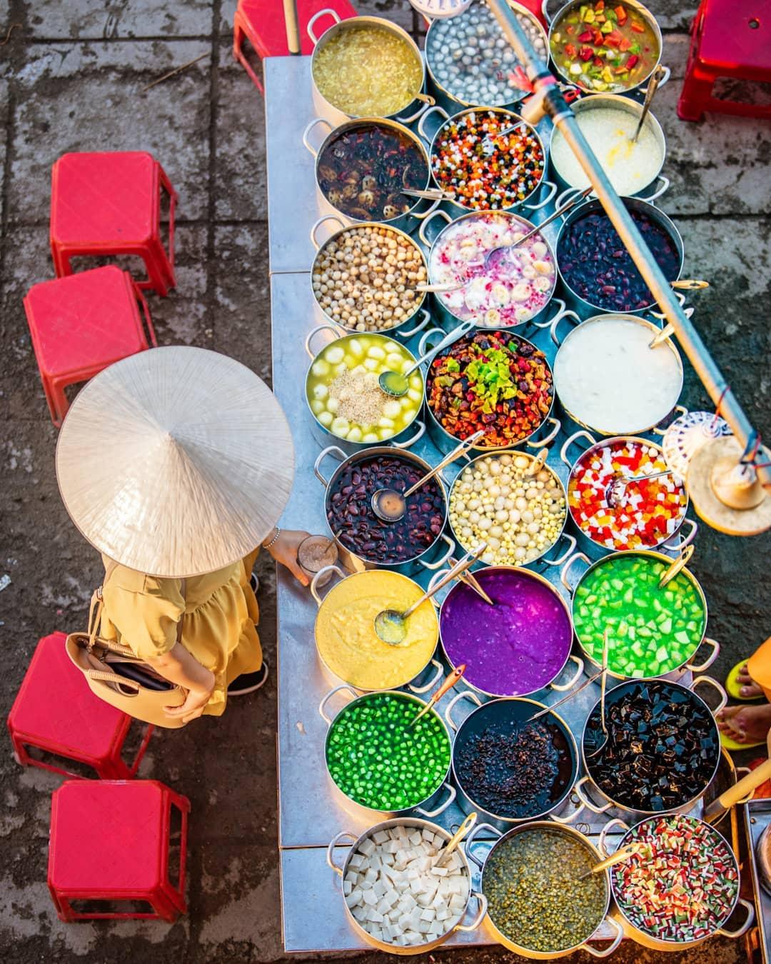 Tiệm chè bày trí đẹp mắt với các sắc màu xen kẽ. Ảnh: Alden Anderson