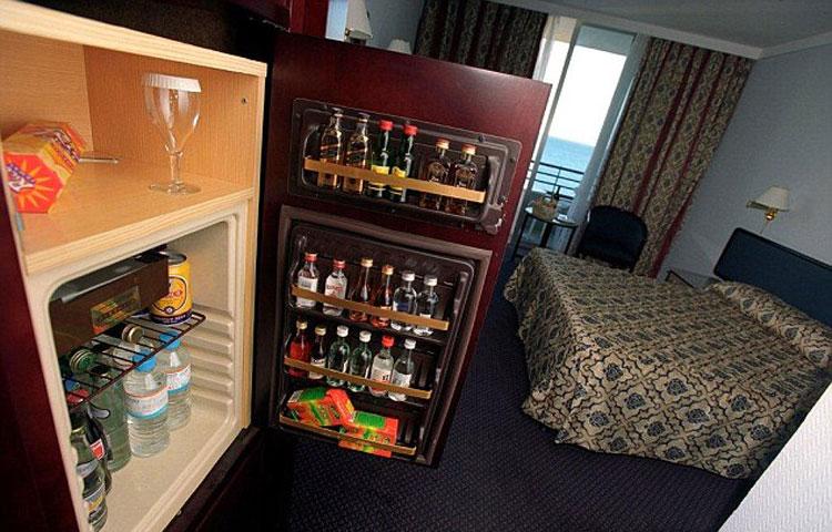 Những món đồ có giá kinh điển trong minibar khách sạn - 1