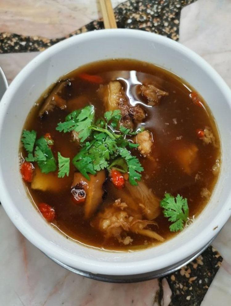 Khi đăng bức ảnh này lên Trip Advisor trong phần bình luận về nhà hàng Wattana Panich, một du khách đã viết: Đây là món mì bò hầm ngon nhất tôi từng ăn