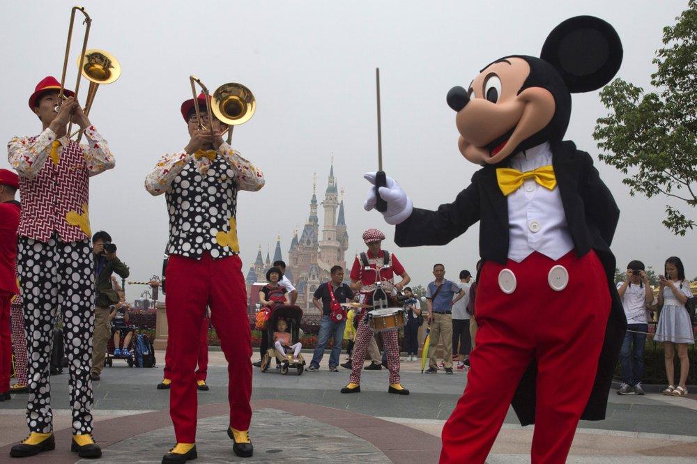 Disneyland Thượng Hải là một trong những nơi được đặt phòng nhiều. Ảnh: AP