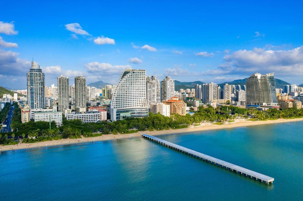 Thành phố biển Tam Á là nơi thu hút khách du lịch Trung Quốc hiện nay. Ảnh: Booking