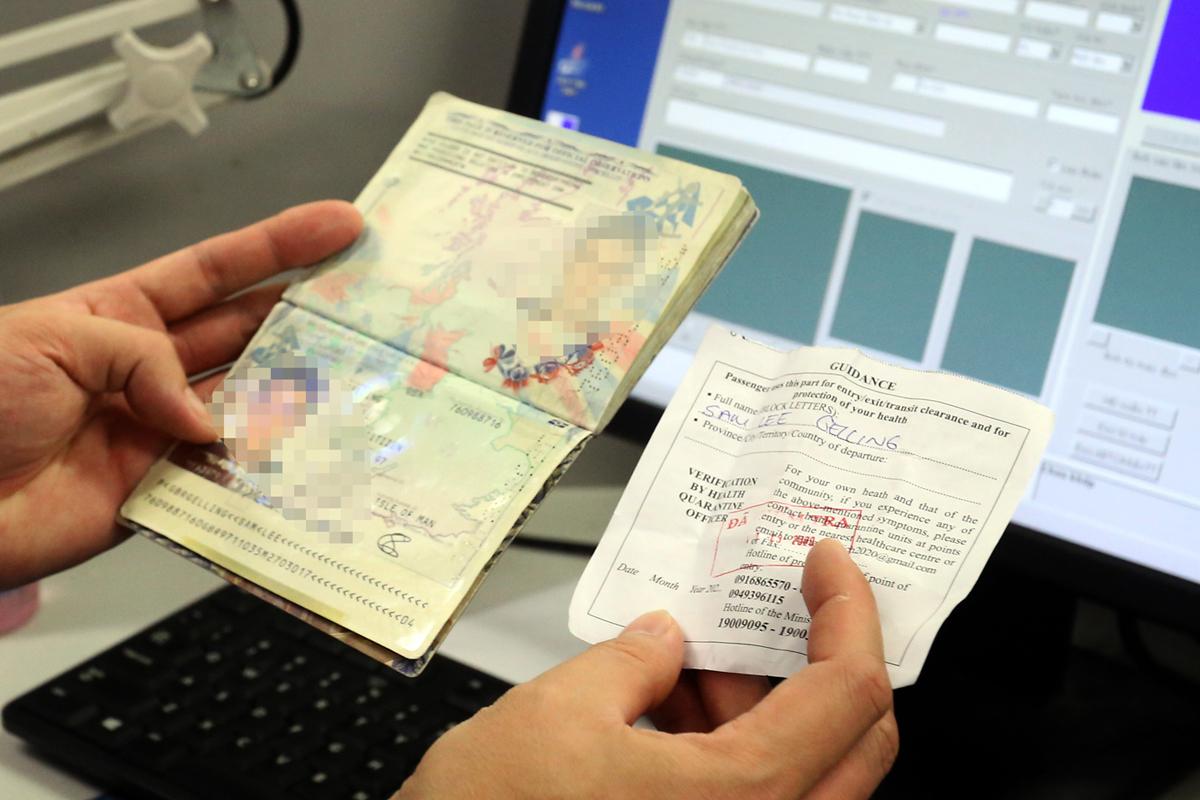 Thẻ thông hành xanh thuận tiện trong việc đi lại. Trên ảnh là quy trình kiểm tra hộ chiếu và tờ khai y tế của hành khách khi nhập cảnh Việt Nam tháng 3/2020. Ảnh:Bá Đô.