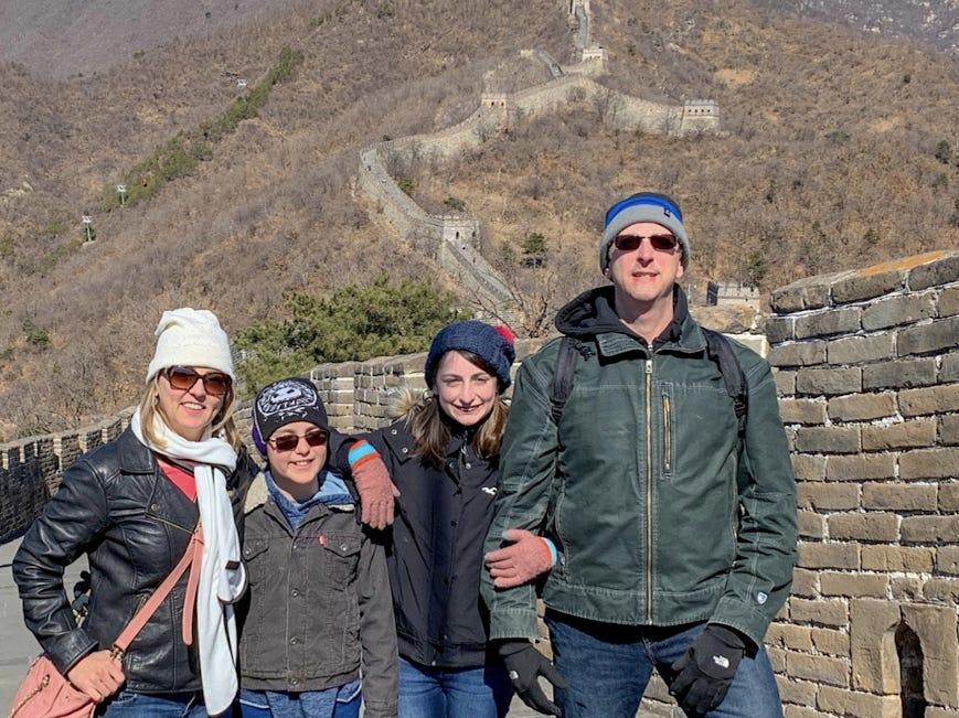 Nhà Lanin trong một chuyến du lịch đến Vạn Lý Trường Thành, Trung Quốc. Ảnh: Colleen Lanin