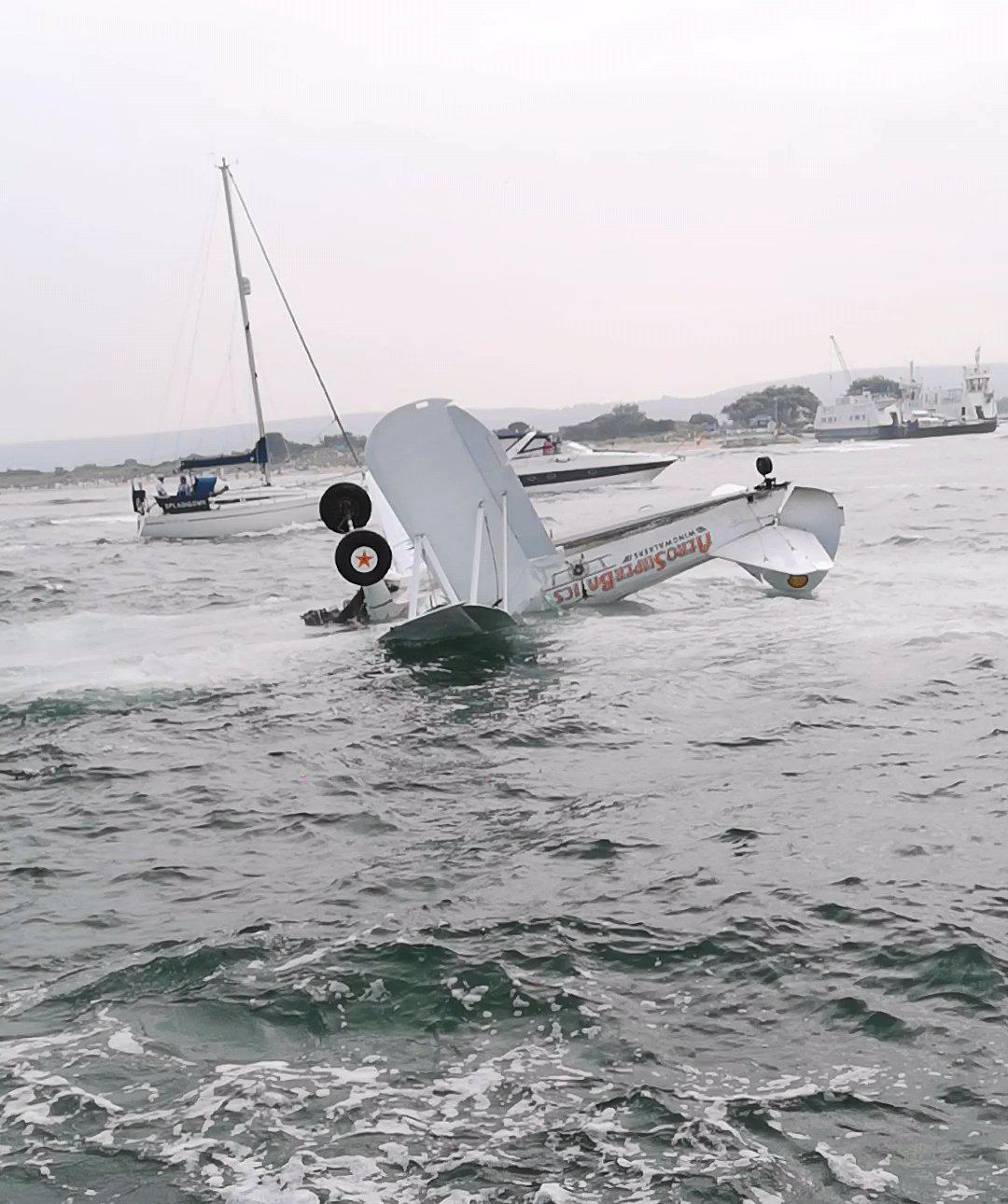 Chiếc máy bay đâm xuống biển và lật ngược. Ảnh: @ACason00/Twitter